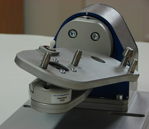 Verstellen einer Aufnahmeplatte in einer Gravurvorrichtung